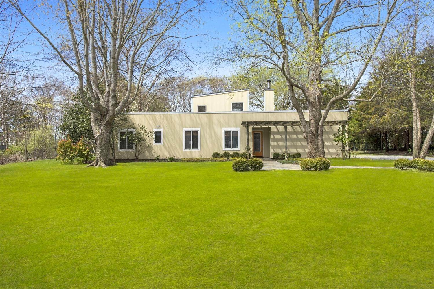 8. Single Family Home at Easy Living In The Lanes Amagansett, NY 11930