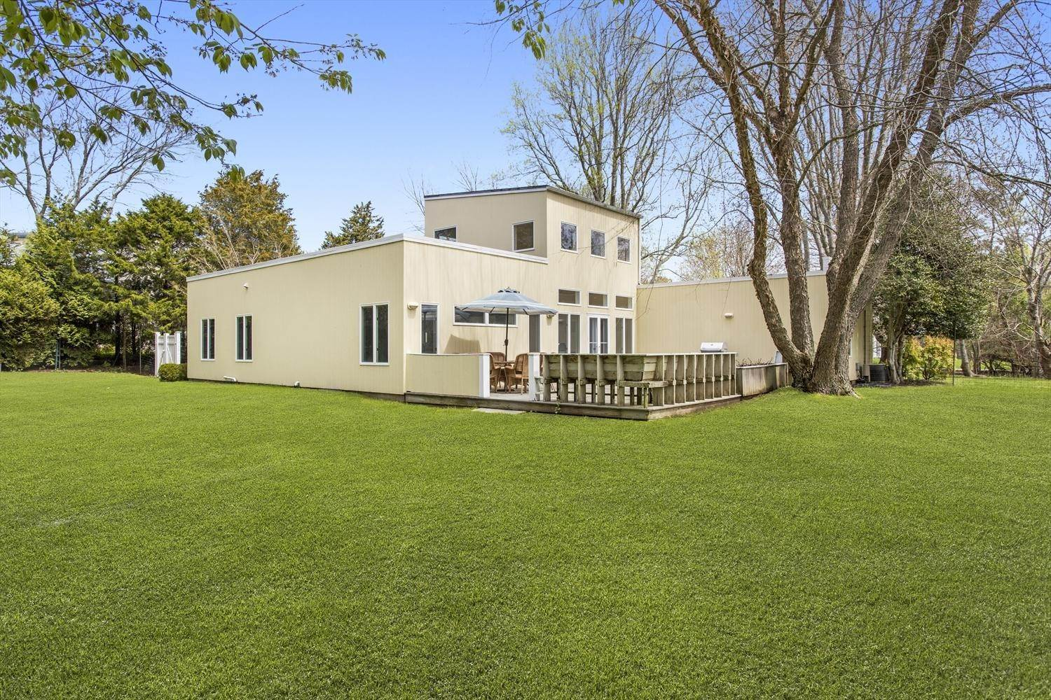 Single Family Home at Easy Living In The Lanes Amagansett, NY 11930