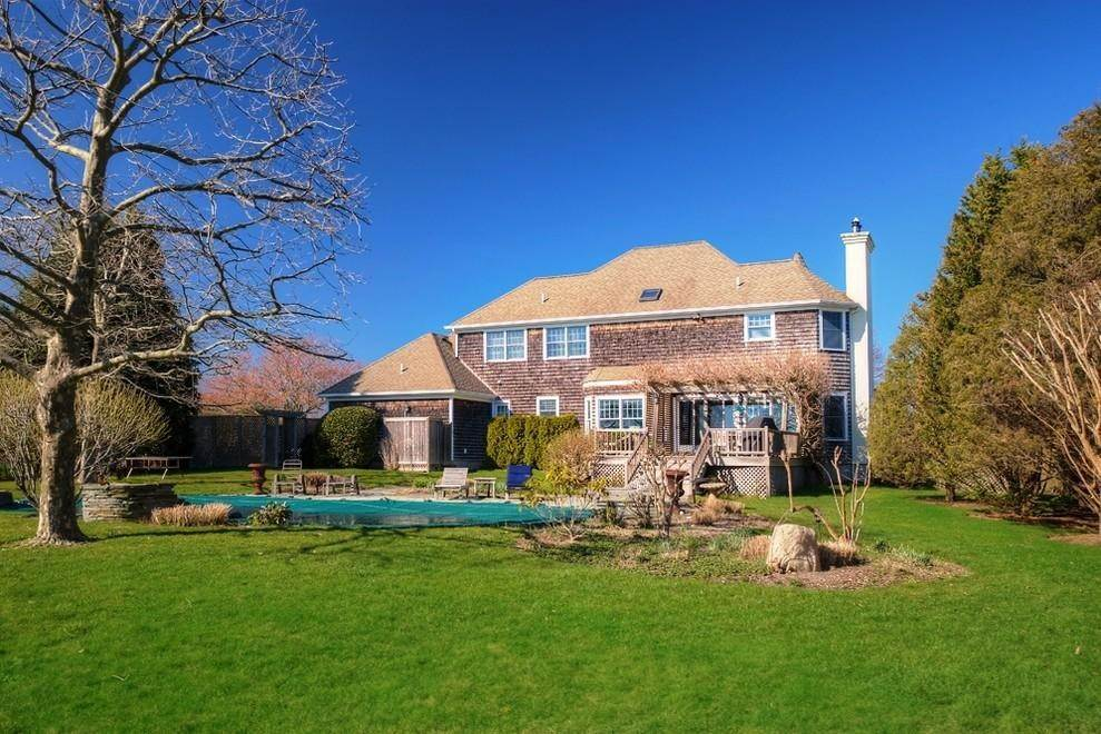 18. Single Family Home at Charming Traditional -Stroll To Vineyards Water Mill, NY 11976