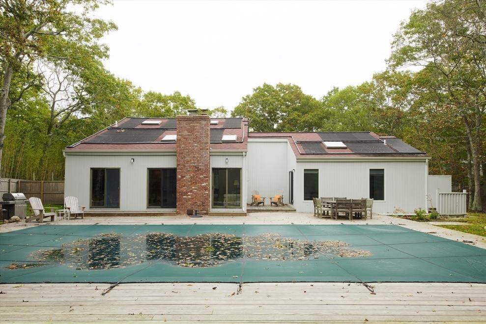 11. Single Family Home at East Hampton Easy & Open East Hampton, NY 11937