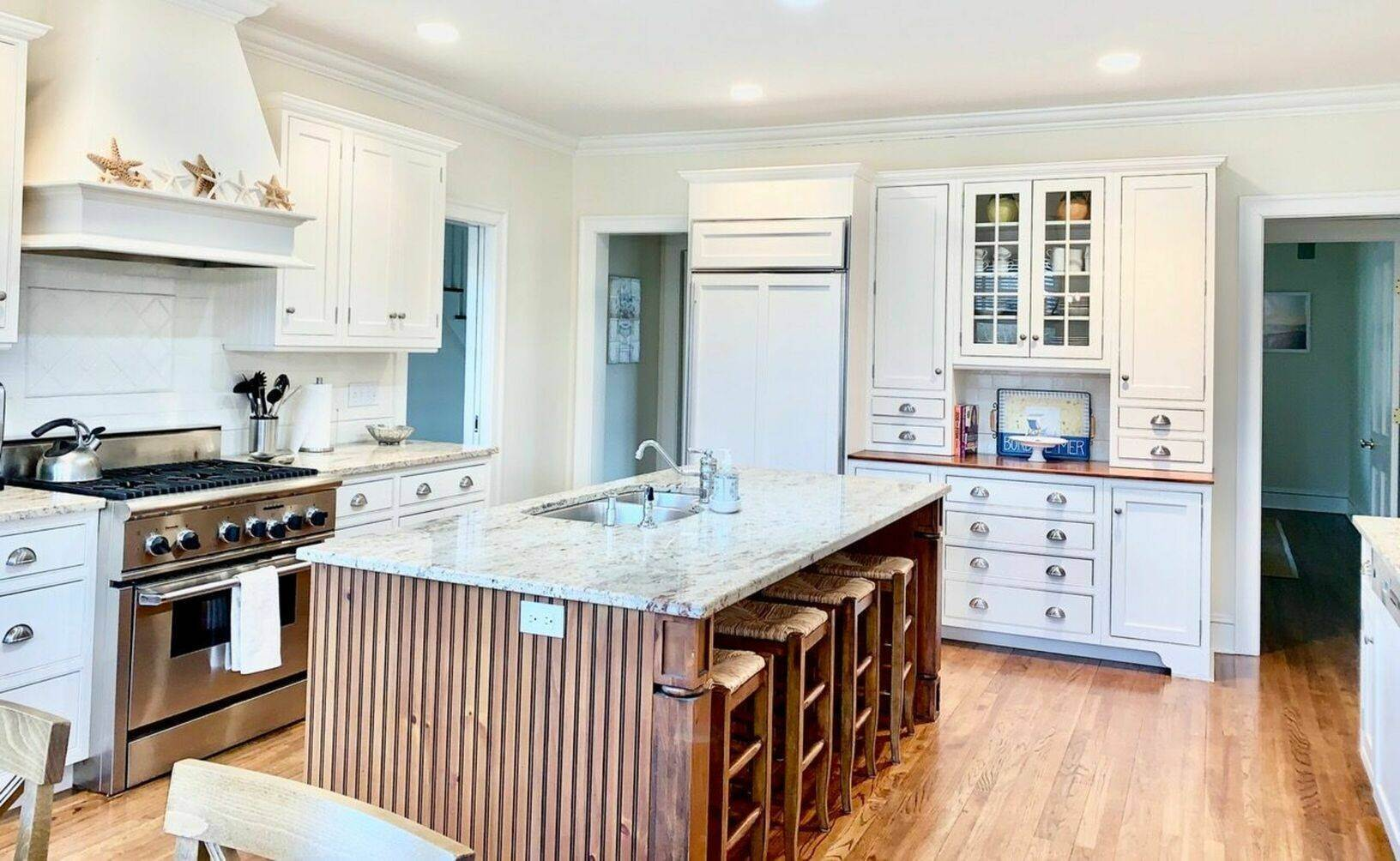 6. Single Family Home at Crisp And Beautifully Detailed Southampton Village Home Southampton, NY 11968