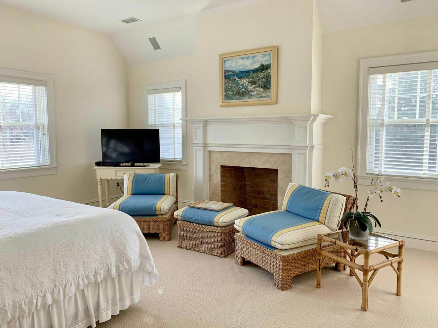 16. Single Family Home at Crisp And Beautifully Detailed Southampton Village Home Southampton, NY 11968