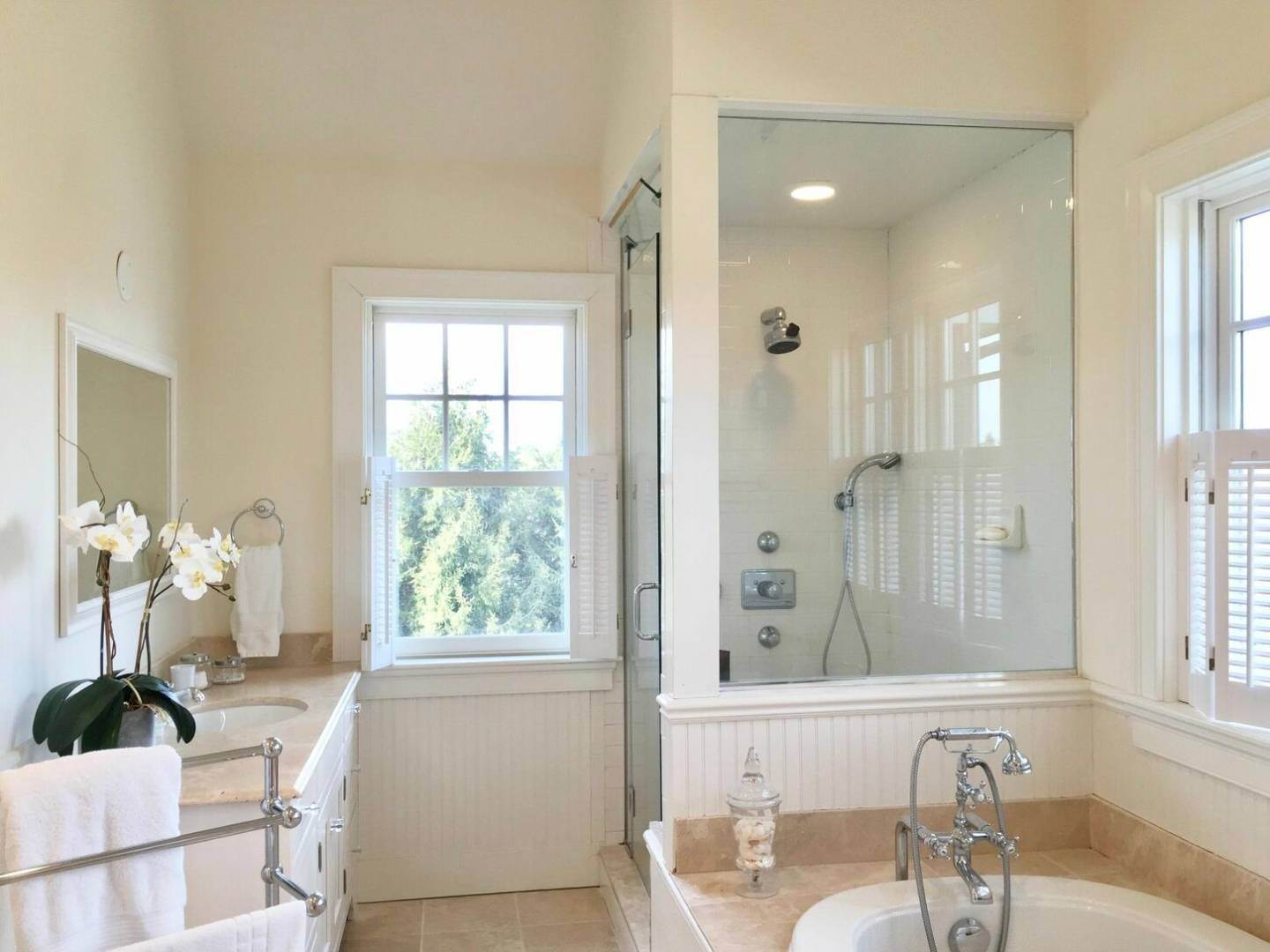 17. Single Family Home at Crisp And Beautifully Detailed Southampton Village Home Southampton, NY 11968