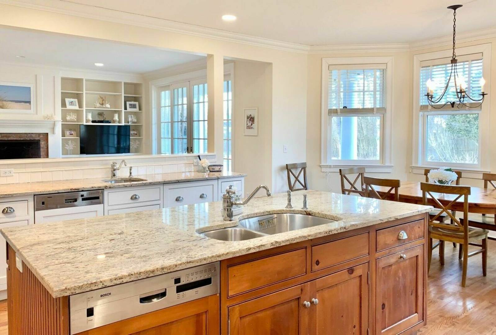 7. Single Family Home at Crisp And Beautifully Detailed Southampton Village Home Southampton, NY 11968