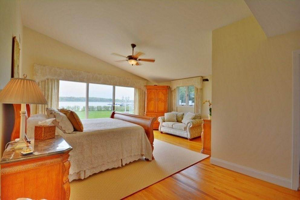 4. Single Family Home at South-Of-The-Highway Southampton Waterfront Retreat Southampton, NY 11968