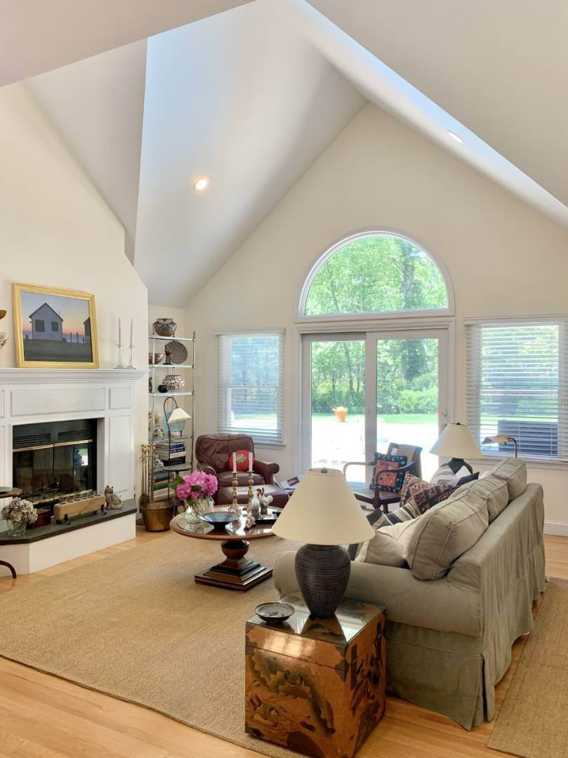 7. Single Family Home at New East Hampton Post Modern East Hampton, NY 11937