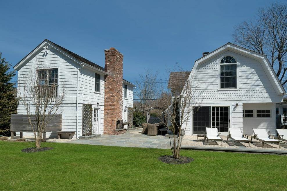 24. Single Family Home at Chic Beach House Compound South Of The Highway Southampton, NY 11968