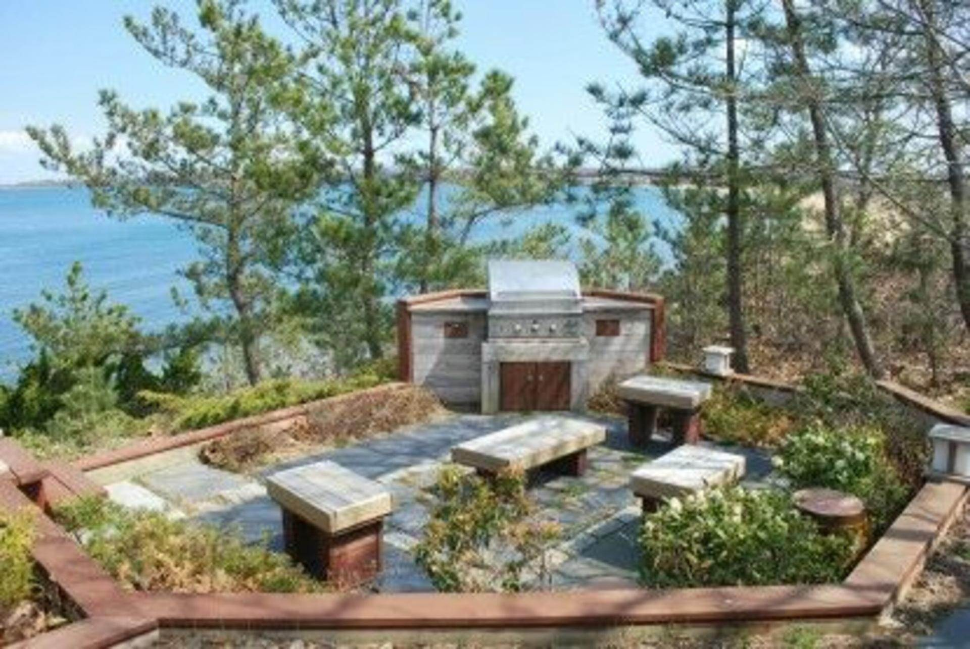 16. Single Family Home at Secluded Bay Front Rental Montauk, NY 11954