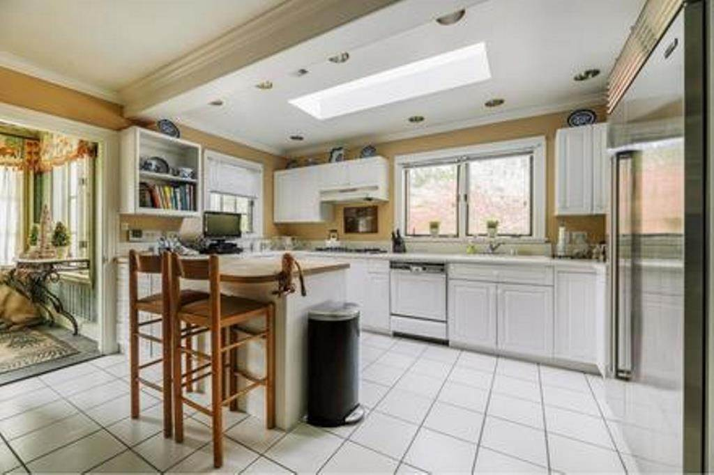 4. Single Family Home at Estate Section- Close Proximity Ocean And Village Southampton, NY 11968