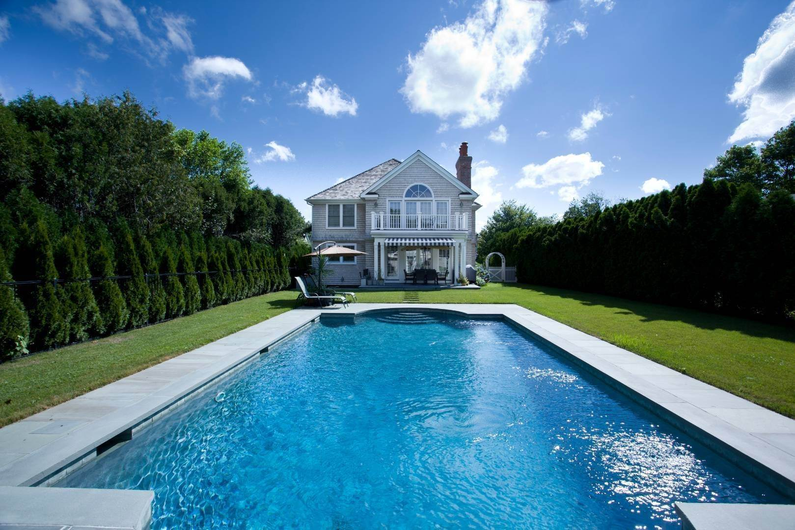 4. Single Family Home at Stunning Village Traditional Southampton, NY 11968