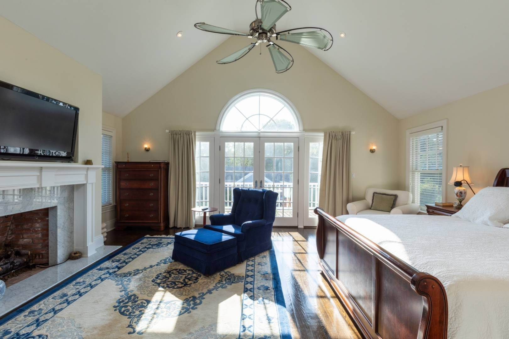 5. Single Family Home at Stunning Village Traditional Southampton, NY 11968