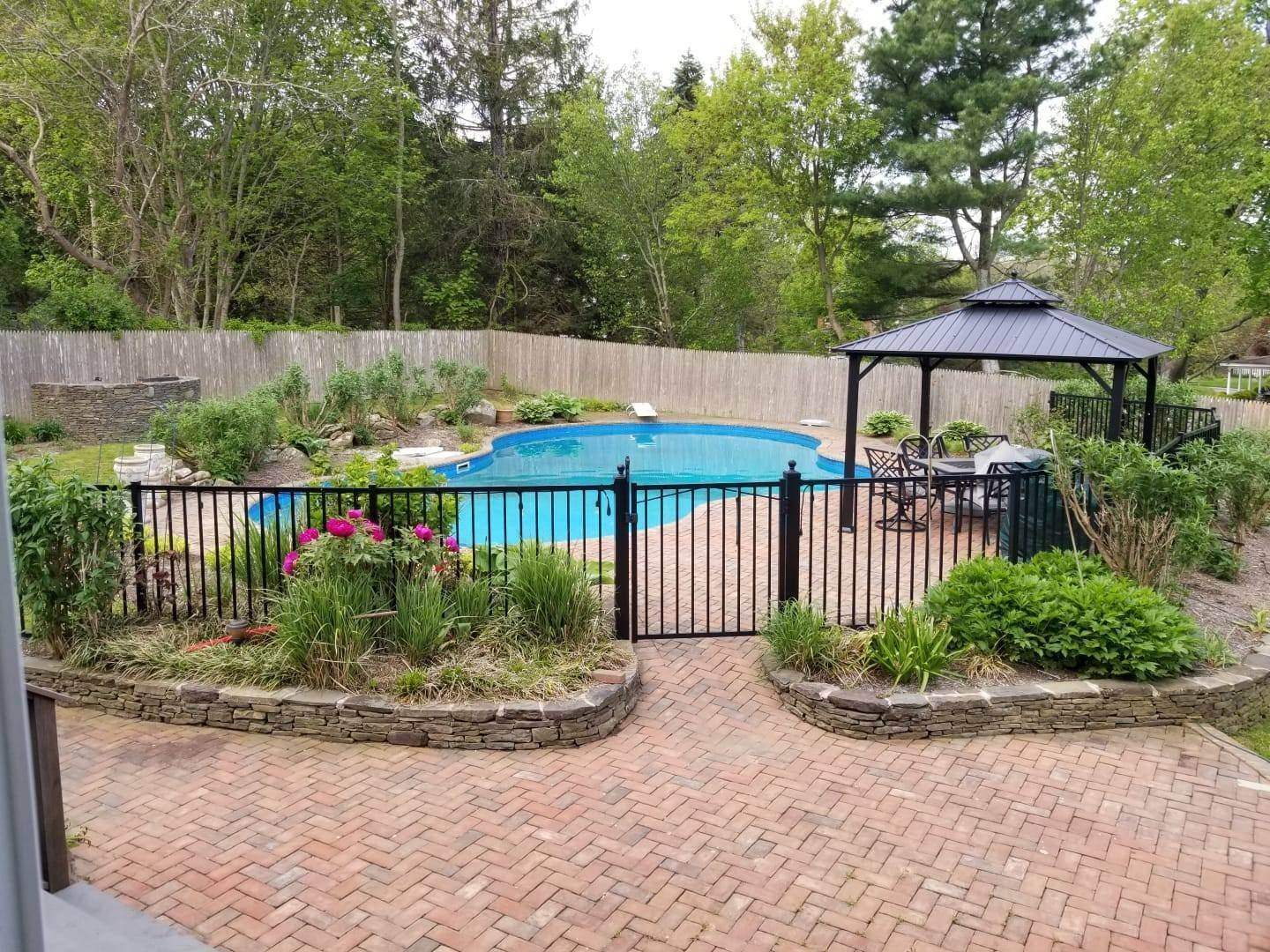 14. Single Family Home at Shelter Island Hilltop With Pool Within Close Proximity To Beach NY 11964