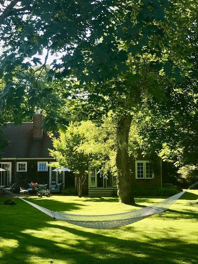 16. Single Family Home at Completely Charming Home East Hampton, NY 11937
