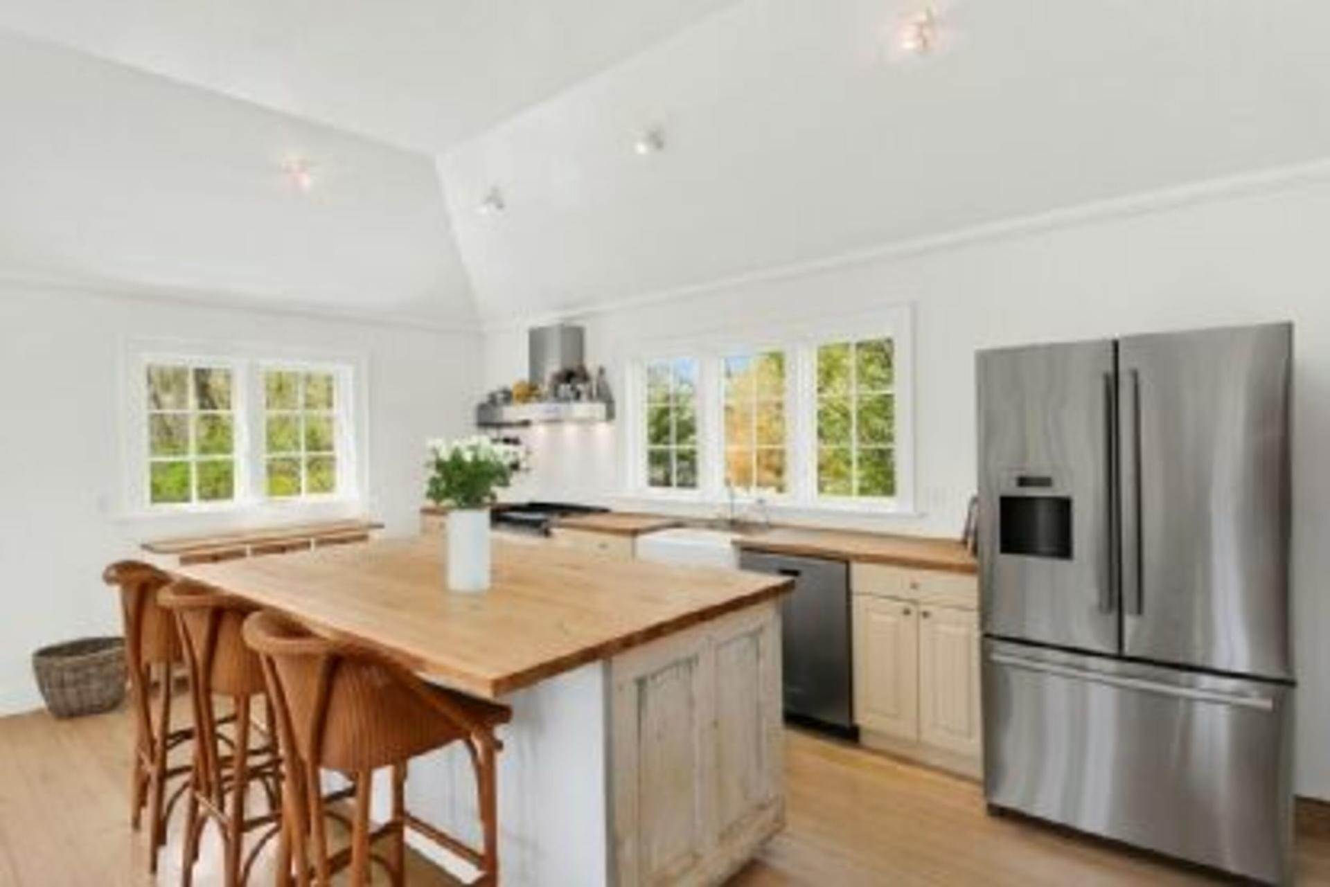 4. Single Family Home at Completely Charming Home East Hampton, NY 11937