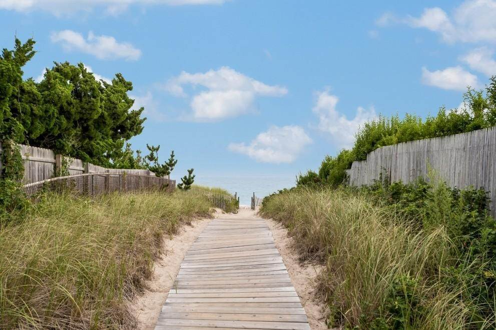16. Single Family Home at New Designers Own Dunes Beach House With Pool Amagansett, NY 11930
