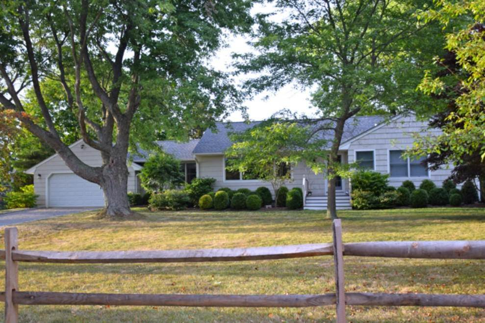3. Single Family Home at Shelter Island Home With Pool And Deeded Water Access NY 11964
