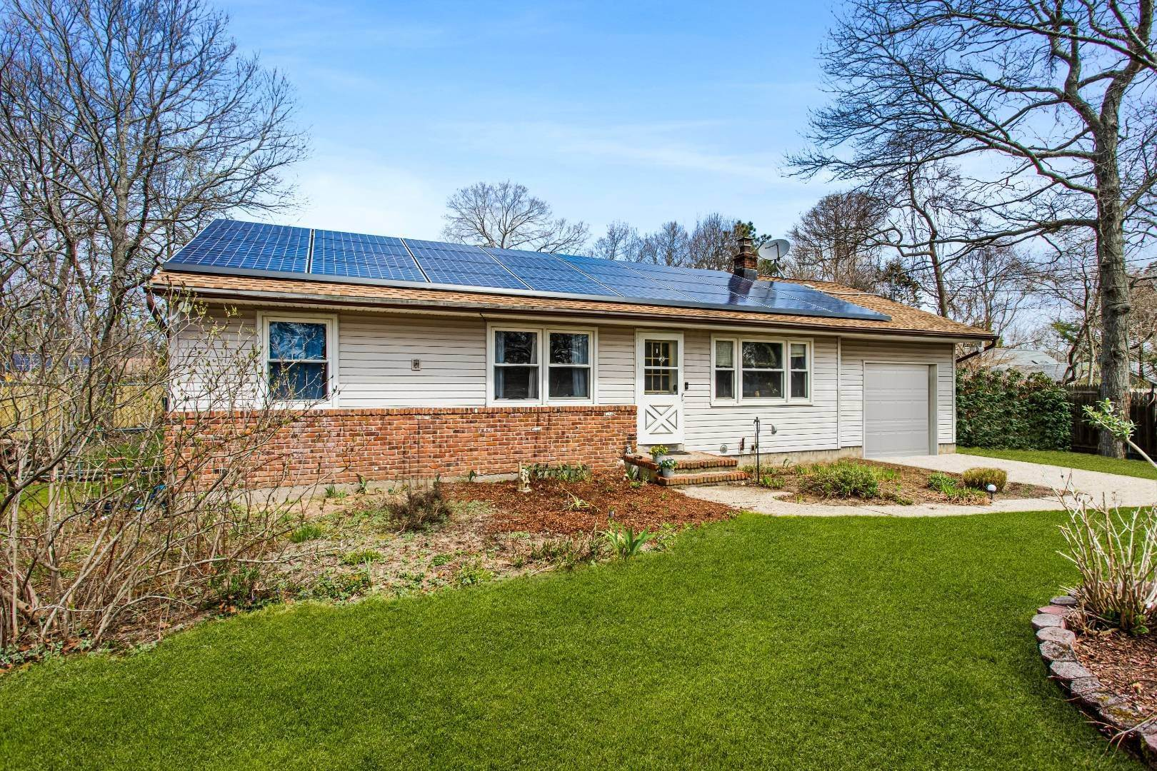 Single Family Home for Sale at Hampton Bays, NY 11946