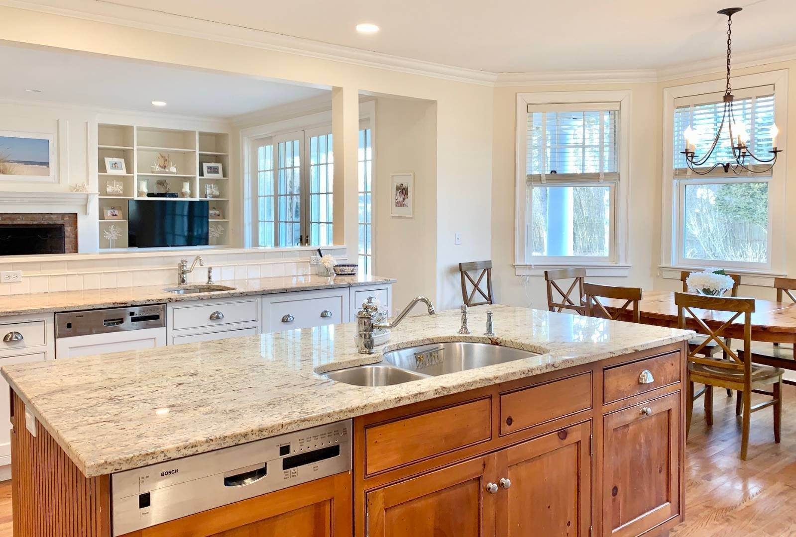 7. Single Family Home at Immaculate Southampton Village Home With Large Pool Southampton, NY 11968