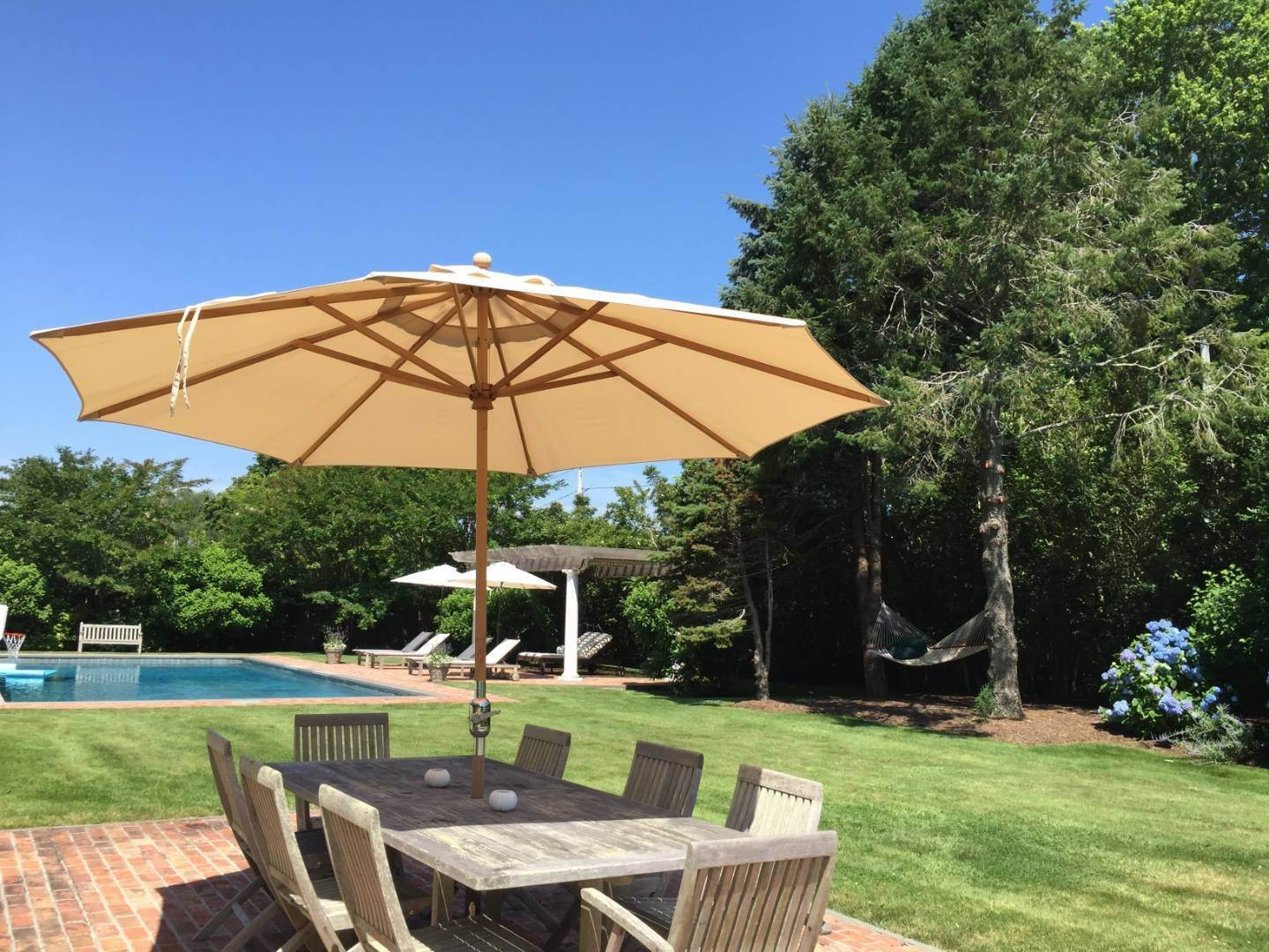 25. Single Family Home at Immaculate Southampton Village Home With Large Pool Southampton, NY 11968