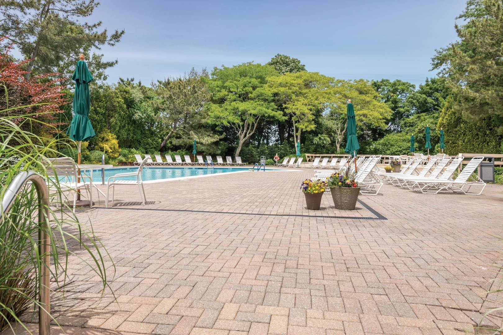 13. Single Family Home at Southampton Condo With Pool And Tennis Southampton, NY 11968