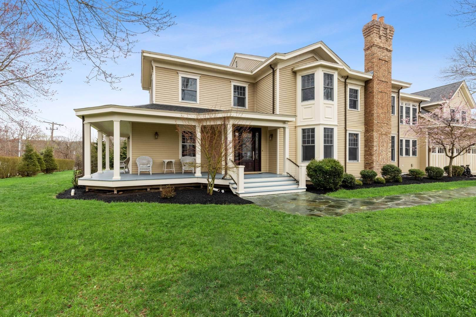 Single Family Home 为 销售 在 A Divine Victorian For The Modern Family - 1875 To 2021 52 Brushy Neck Ln, Westhampton, NY 11977