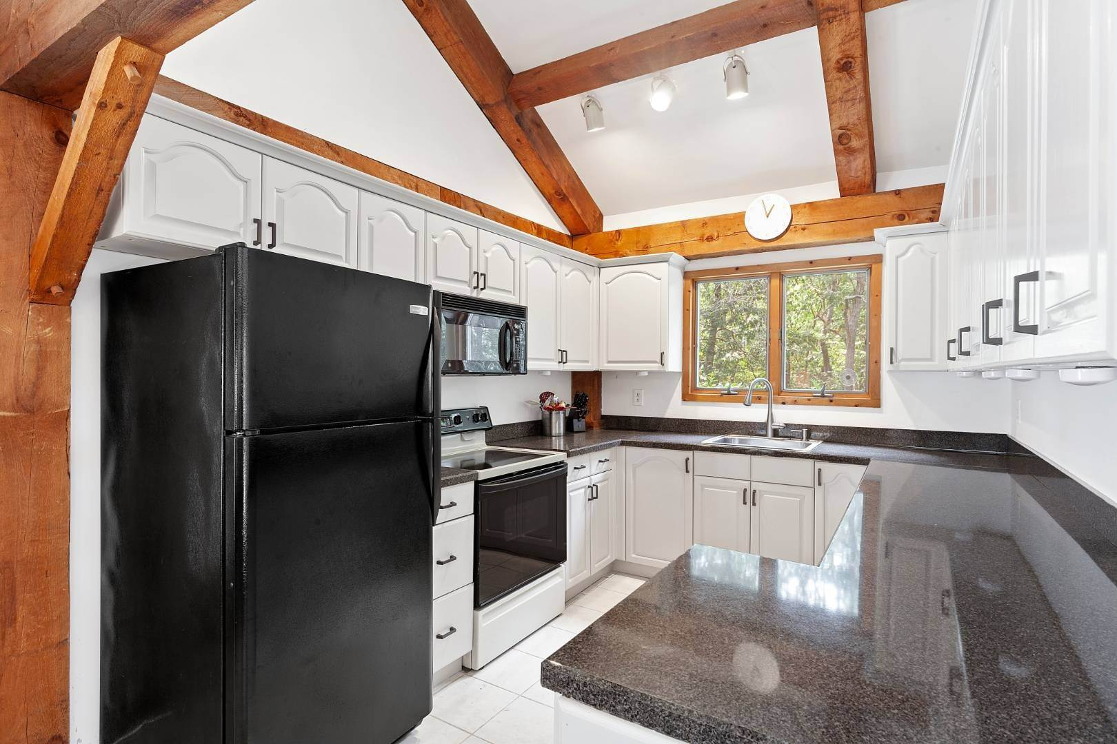 3. Single Family Home at Lovely Post-And-Beam Rental Wainscott, NY 11975