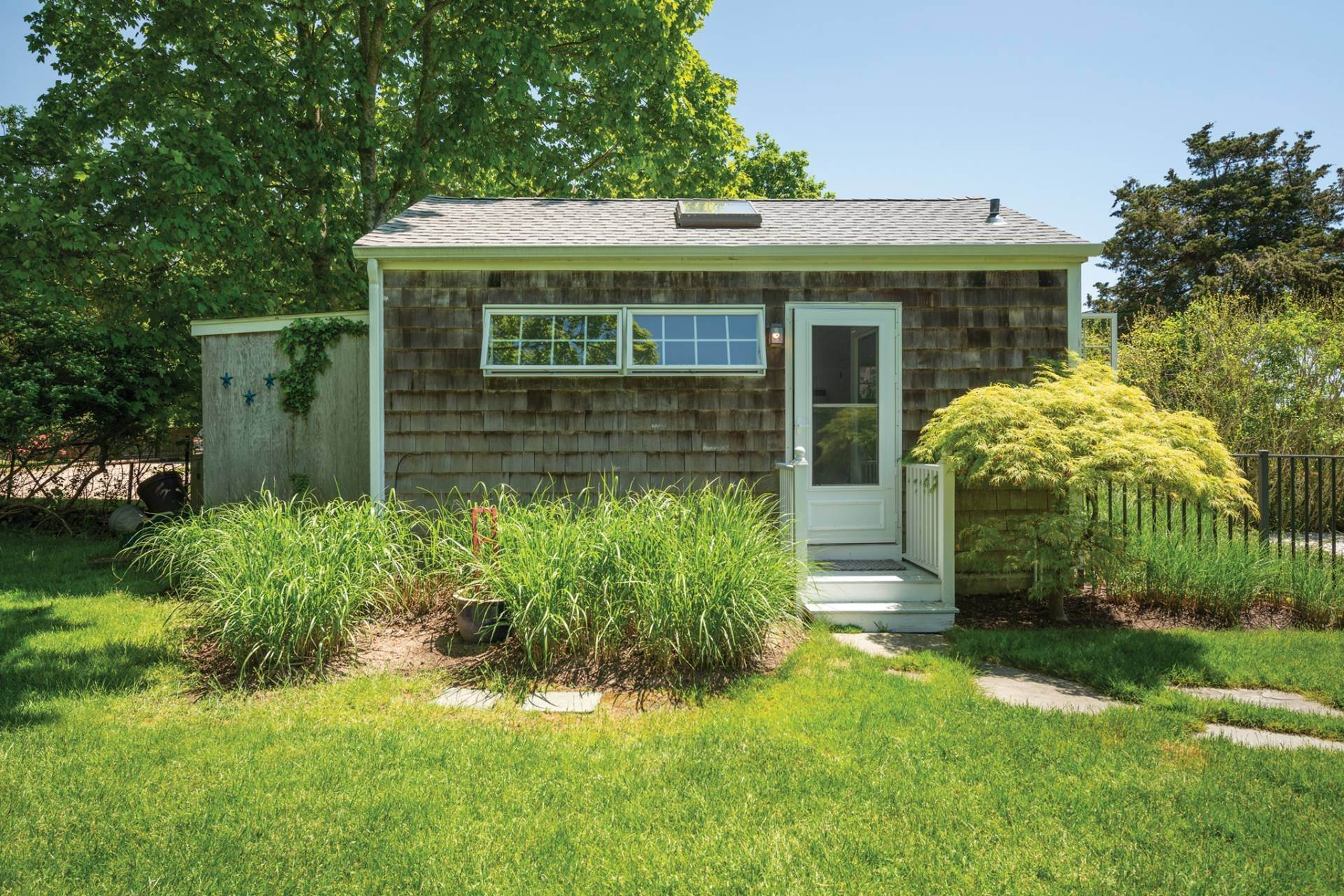 22. Single Family Home at Farmhouse Steps To Prestigious Golf Course Southampton, NY 11968