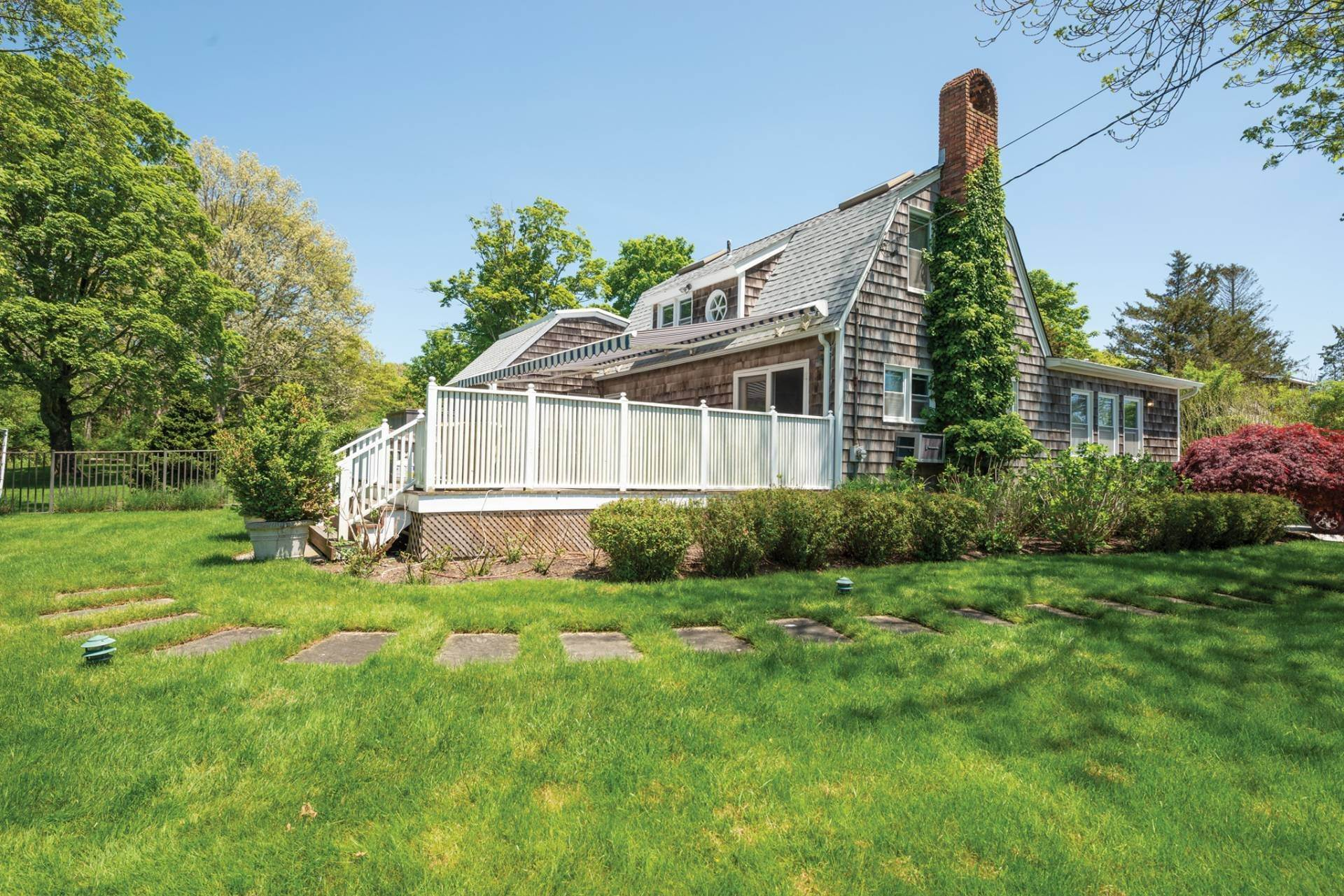 19. Single Family Home at Farmhouse Steps To Prestigious Golf Course Southampton, NY 11968