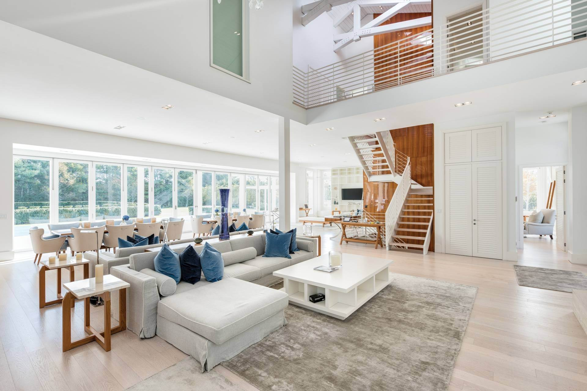 9. Single Family Home at Spacious Living And Entertaining At Its Best Southampton, NY 11968