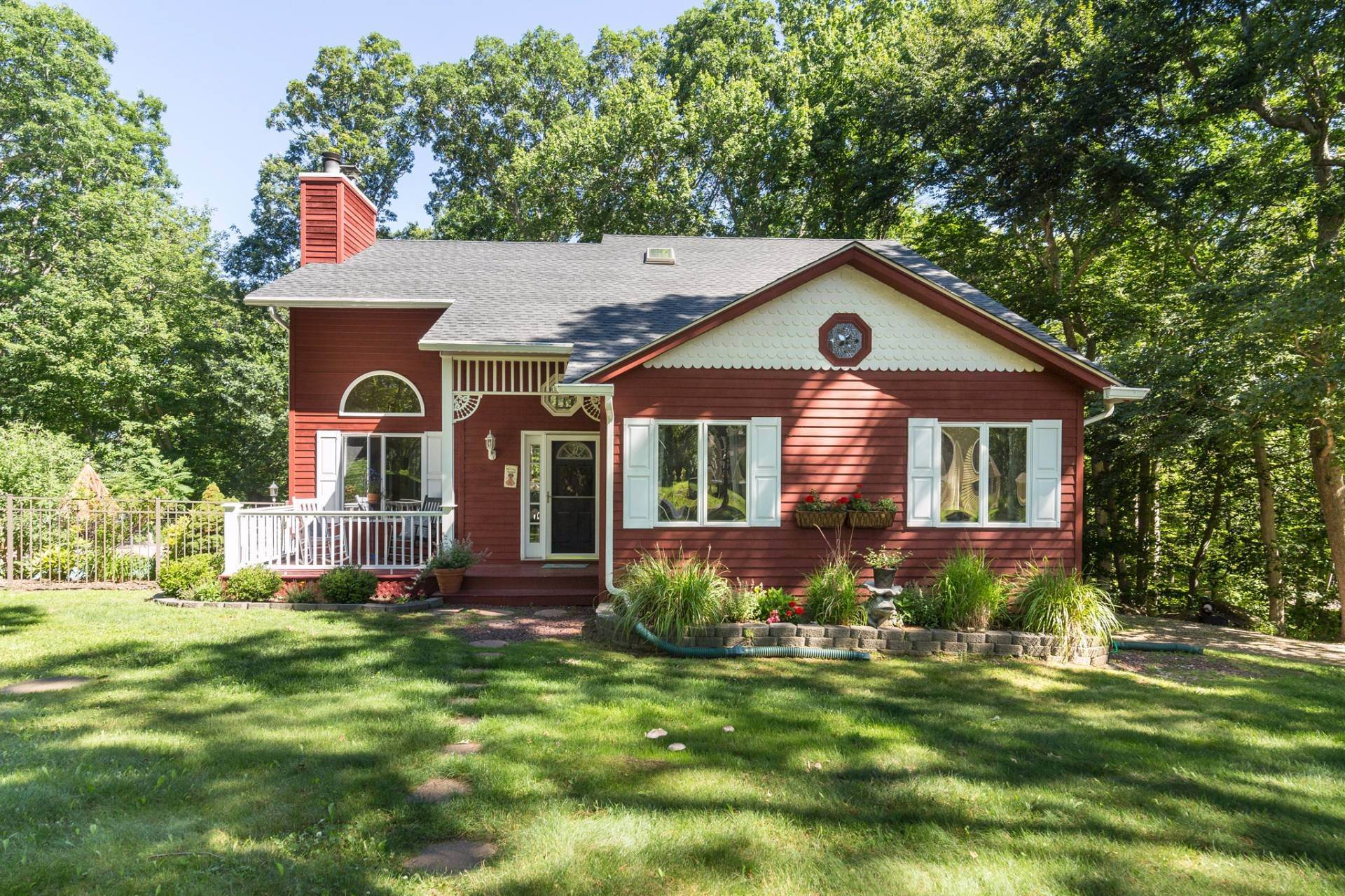 3. Single Family Home at Immaculate Country Cottage NY 11964