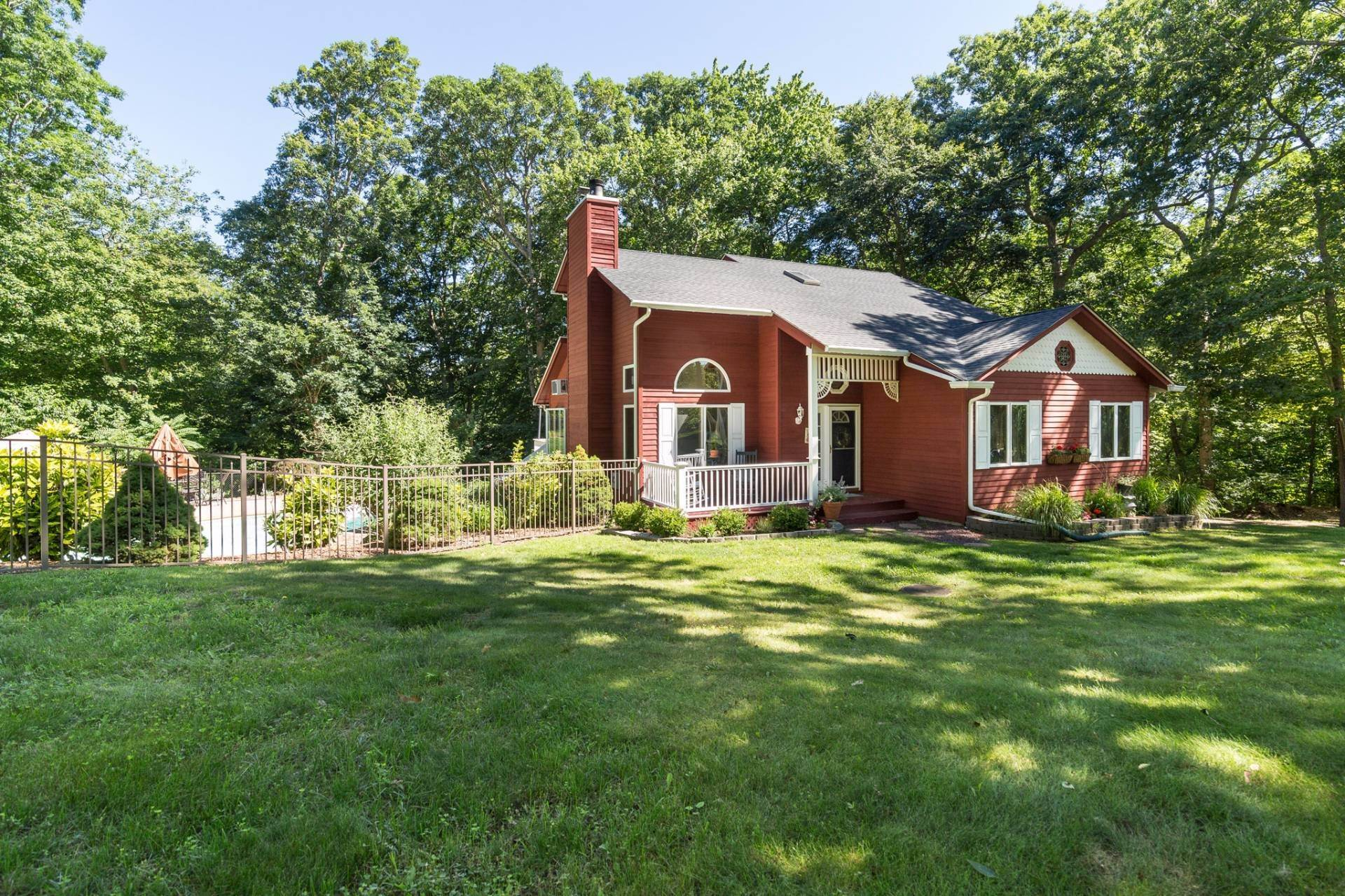 15. Single Family Home at Immaculate Country Cottage NY 11964