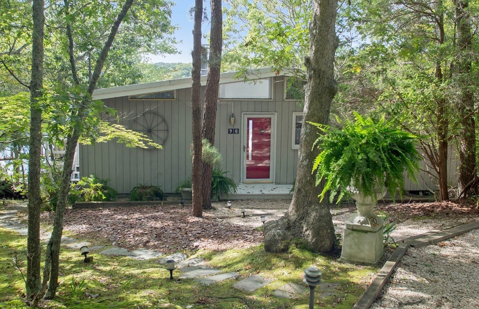 2. Single Family Home at Southampton Pondfront Paradise Southampton, NY 11968