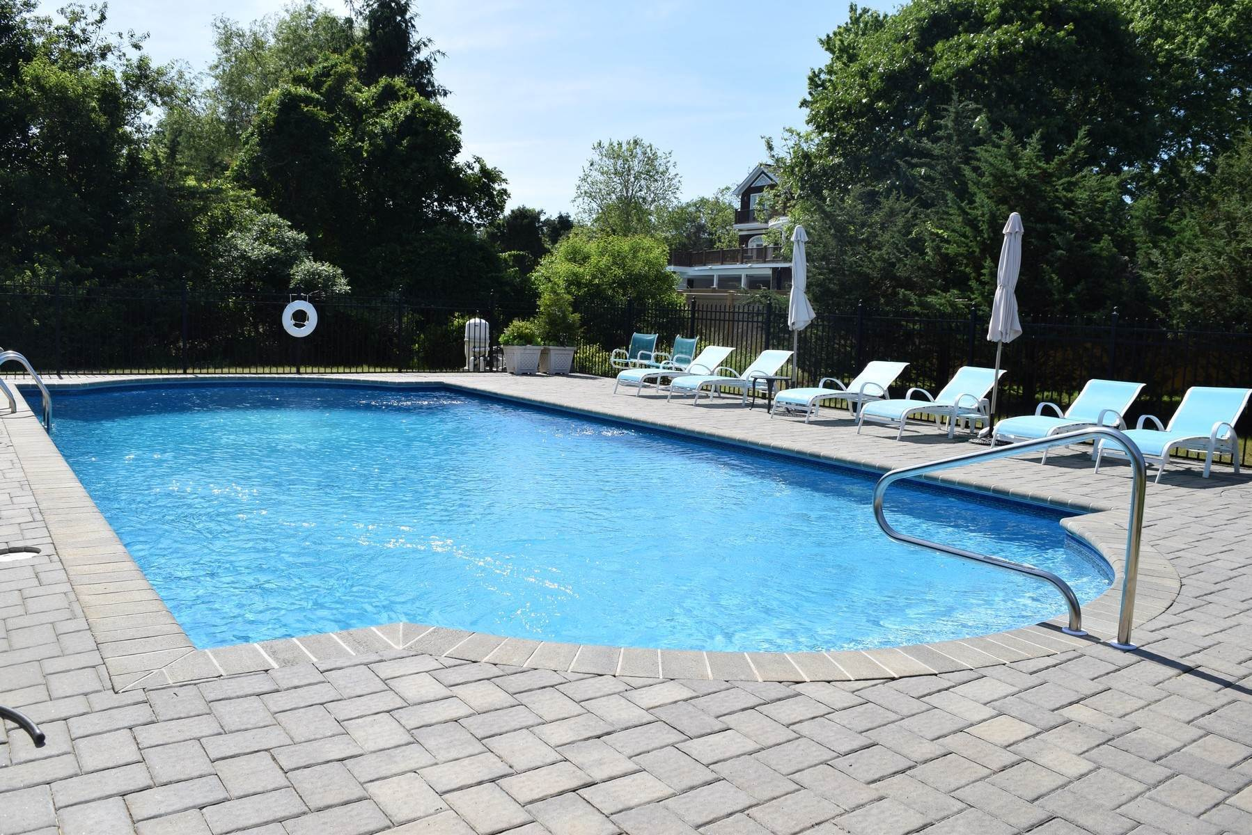 16. Single Family Home at Close To Southampton Village - Fabulous Saltwater Pool Southampton, NY 11968