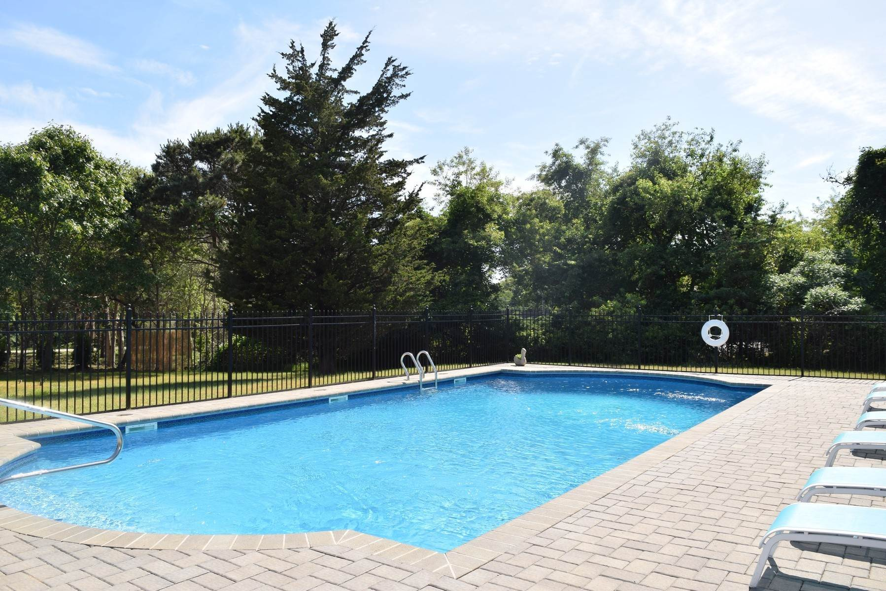 15. Single Family Home at Close To Southampton Village - Fabulous Saltwater Pool Southampton, NY 11968